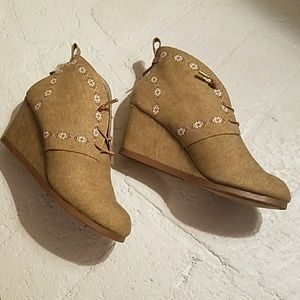 NWOT Boho style wedge booties